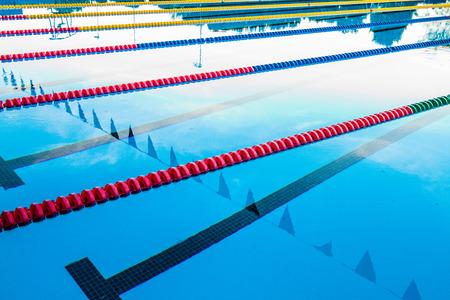 50m piscina olímpica al aire libre Corredor Cables flotante y Agua en calma Editorial