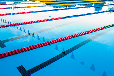 deportes olimpicos: 50m piscina olímpica al aire libre Corredor Cables flotante y Agua en calma Editorial
