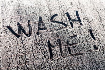 Wash Me Wörter auf einem schmutzigen Hinterautofenster Standard-Bild - 32184085