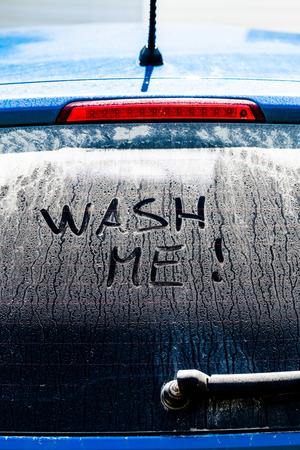 Wash Me Woorden op een vuile auto Rear Window Stockfoto