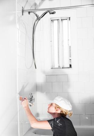 Professional Woman Worker Painting in the Bathroom Standard-Bild