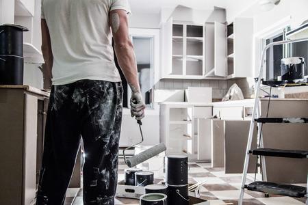 renovation de maison: Mess de tout type de peinture �quipement dans la cuisine et d�courag� Man Banque d'images