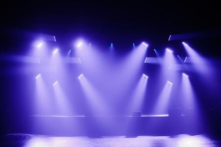 Strahler und Scheinwerfer auf einer leeren Bühne vor einem großen Konzert Standard-Bild - 37499191
