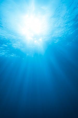 Real Straal van licht van ongeveer 10 meter onder water