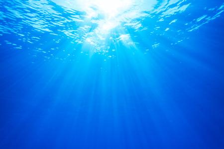 dive: Bienes Rayo de luz de unos 10 metros bajo el agua