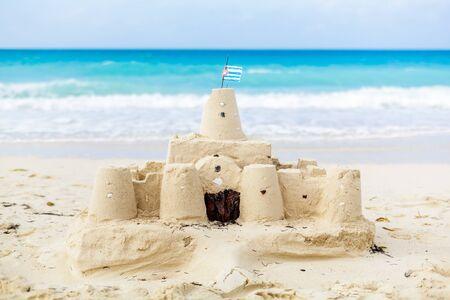 bandera cuba: Castillo de arena cubana con el pa�s de la bandera en una de las playas m�s hermosas de Cuba