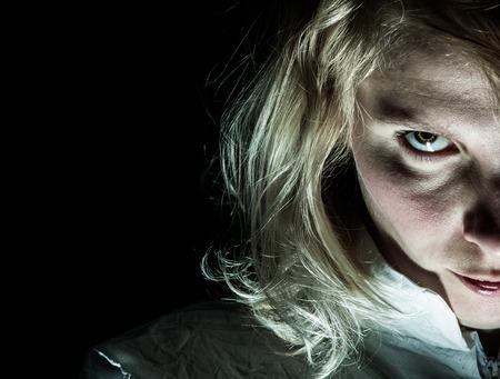 esquizofrenia: Scary Psycho Mujer rubia mirando a la cámara