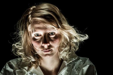 感情的な障害を見て、カメラと気違い女性 写真素材