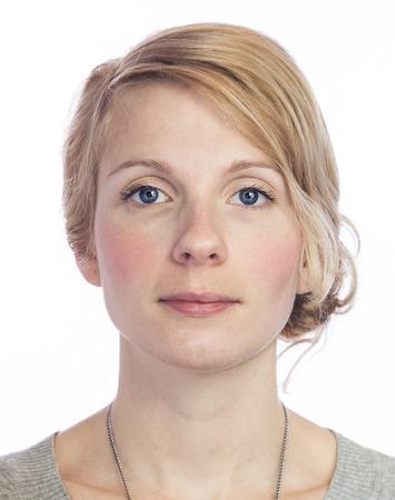 rubia ojos azules: Mugshort de una mujer hermosa con ninguna expresi�n facial aislada en blanco Foto de archivo