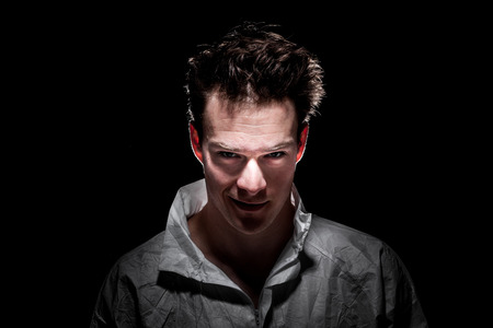 Obscure freaky Lächeln Psycho Man Portrait über Schwarzem Standard-Bild - 37932622