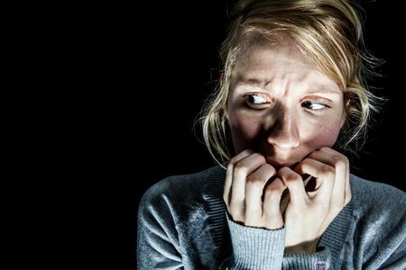 Enge Vrouw Bang voor iets in het donker Stockfoto