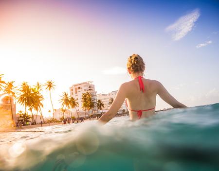 clima tropical: Mujer en el mar en un clima tropical y disfrutar del agua caliente.