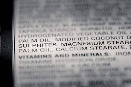 riesgo quimico: Poca profundidad de campo de imagen de información nutricional de los ingredientes Conservante información que podemos encontrar en una tienda de comestibles del producto. Foto de archivo