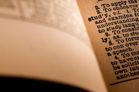 2015 년 10 월 1 일 - 캐나다 몬트리올. 단어 연구를 게재하는 오래 된 1945 웹스터 빈티지 사전의 근접 에디토리얼