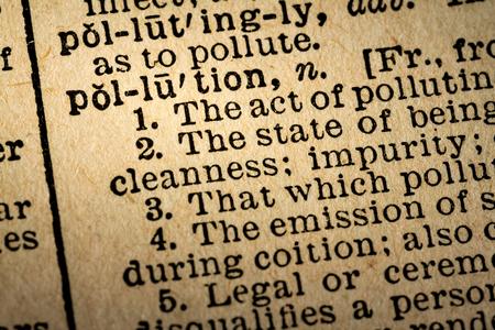2015 년 10 월 6 일 - 몬트리올, 캐나다. 오래 된 1945 웹스터의 사전 매크로 단어 오염 및 오래 된 질감 된 노란 종이에 정의의 근접. 에디토리얼