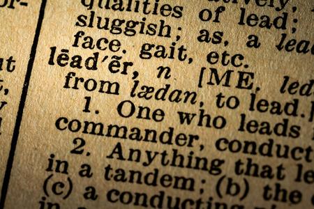 2015 년 10 월 6 일 - 몬트리올, 캐나다. 오래 된 1945 웹스터의 사전 매크로 단어 지도자의 근접 및 오래 된 질감 된 노란 종이에 정의합니다.