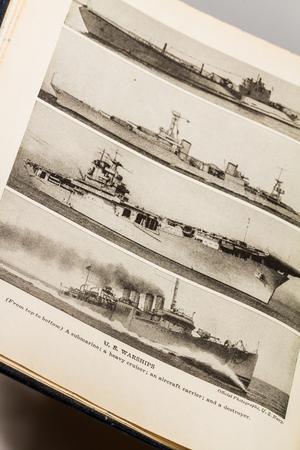 seconda guerra mondiale: 7 Ottobre 2015 - Montreal, Canada. Antico e Vintage 1945 Dizionario Inglese Webster. Foto della Nave da Seconda Guerra Mondiale US Army