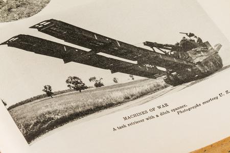 seconda guerra mondiale: 7 Ottobre 2015 - Montreal, Canada. Antico e Vintage 1945 Dizionario Inglese Webster. Foto della macchina da guerra degli Stati Uniti Army War Secondo Mondo. Editoriali