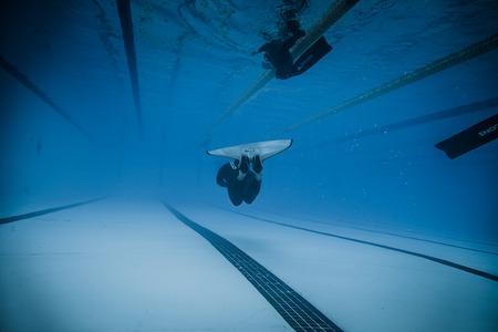 piscina olimpica: Montreal, Canadá - 30 de mayo de 2015. Oficial AIDA Apnea piscina Competencia lugar Tomando en el Parque Jean-Drapeau piscina olímpica. Dinámica con aletas (DYN) Rendimiento del Submarino