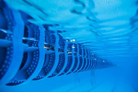 Plastic Swimming Pool Floating Wave-Breaking Lane Line detail from Underwater Standard-Bild