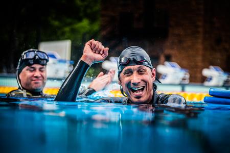 piscina olimpica: Montreal, Canad� - 30 de mayo de 2015. Oficial AIDA Apnea piscina Competencia lugar Tomando en el Parque Jean-Drapeau piscina ol�mpica. Feliz Freediver Celebrando los Succes de su Primer Lugar y grabar.