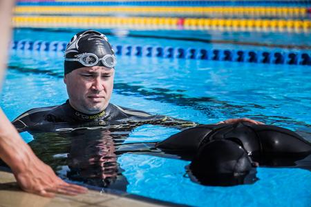 piscina olimpica: Montreal, Canad� - 30 de mayo de 2015. Oficial AIDA Apnea piscina Competencia lugar Tomando en el Parque Jean-Drapeau piscina ol�mpica. Entrenador Hacer la Seguridad y Observando el Artista haciendo apnea est�tica.