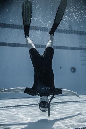 piscina olimpica: Montreal, Canadá - 30 de mayo de 2015. Oficial AIDA Apnea piscina Competencia lugar Tomando en el Parque Jean-Drapeau piscina olímpica. Miembro del personal de seguridad revés Submarino Entre dos interpretaciones. Editorial