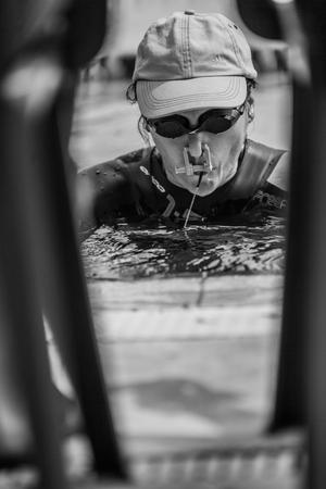 piscina olimpica: Montreal, Canadá - 30 de mayo de 2015. Oficial AIDA Apnea piscina Competencia lugar Tomando en el Parque Jean-Drapeau piscina olímpica. Último aliento antes de apnea estática Rendimiento. Editorial