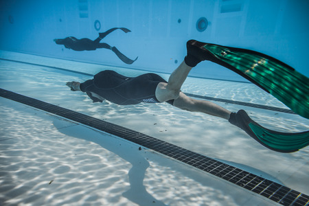 piscina olimpica: Montreal, Canad� - 30 de mayo de 2015. Oficial AIDA Apnea piscina Competencia lugar Tomando en el Parque Jean-Drapeau piscina ol�mpica. Din�mica con aletas (DYN) Rendimiento del Submarino
