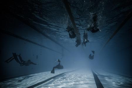 piscina olimpica: Montreal, Canadá - 30 de mayo de 2015. Oficial AIDA Apnea piscina Competencia lugar Tomando en el Parque Jean-Drapeau piscina olímpica. Dinámica con aletas (DYN) Rendimiento Amplia opinión subacuática.