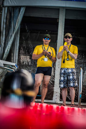 piscina olimpica: Montreal, Canadá - 30 de mayo de 2015. Oficial AIDA Apnea piscina Competencia lugar Tomando en el Parque Jean-Drapeau piscina olímpica. Dos jueces que proporcione el resultado Dynamic Performance a un competidor