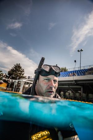piscina olimpica: Montreal, Canadá - 30 de mayo de 2015. Oficial AIDA Apnea piscina Competencia lugar Tomando en el Parque Jean-Drapeau piscina olímpica. Seguridad El personal miembro Esperando el siguiente competidor para comenzar a realizar. Editorial