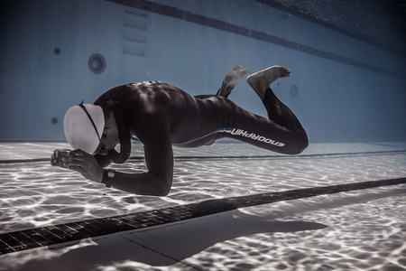 piscina olimpica: Montreal, CANADA - May 30th, 2015. Official AIDA Freediving Pool Competition Taking place in the Parc Jean-Drapeau Olympic Pool. Dynamic Without Fins (DNF) Performance from Underwater