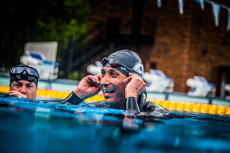 piscina olimpica: Montreal, Canadá - 30 de mayo de 2015. Oficial AIDA Apnea piscina Competencia lugar Tomando en el Parque Jean-Drapeau piscina olímpica. Feliz Freediver Celebrando los Succes de su Primer Lugar y grabar.
