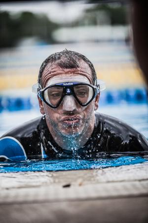piscina olimpica: Montreal, Canadá - 30 de mayo de 2015. Oficial AIDA Apnea piscina Competencia lugar Tomando en el Parque Jean-Drapeau piscina olímpica. Salir de apnea estática que será seguido con el Protocolo Oficial, Editorial
