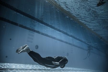 piscina olimpica: Montreal, Canadá - 30 de mayo de 2015. Oficial AIDA Apnea piscina Competencia lugar Tomando en el Parque Jean-Drapeau piscina olímpica. Dinámica sin aletas (DNF) Rendimiento del Submarino