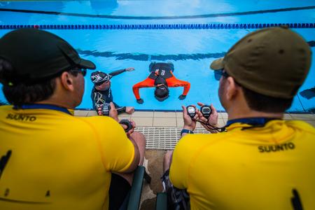 piscina olimpica: Montreal, Canadá - 30 de mayo de 2015. Oficial AIDA Apnea piscina Competencia lugar Tomando en el 50m Complejo Acuático Olímpico piscina en Parque Jean-Drapeau. Dos jueces que miran un rendimiento estático.