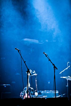 Beleuchtete leere Bühne und Nebel mit Mikrofon und Gitarre Standard-Bild - 82263115