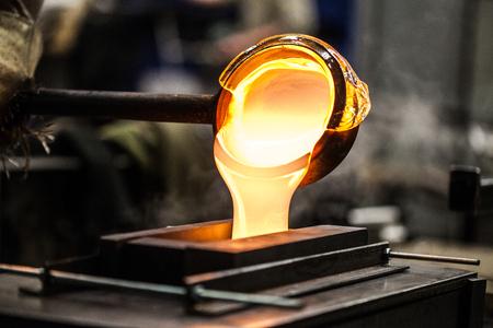 Gießen Sie geschmolzenes Glas in Graphitform in der Werkstatt Standard-Bild - 82500649