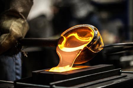 Gegoten Smeltglas In Grafiet Mould In Workshop Stockfoto