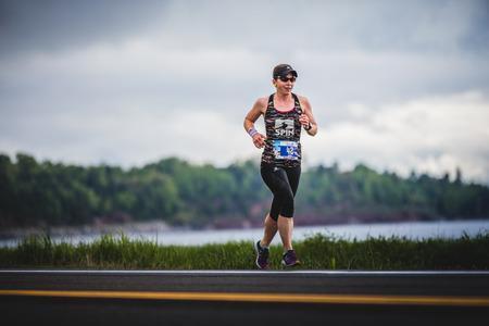 CARLETON, CANADA - 4 juin 2017. Au cours du 5e Marathon de Carleton au Québec, au Canada. Femme Marathoner à environ 7 km de distance Banque d'images - 82386350