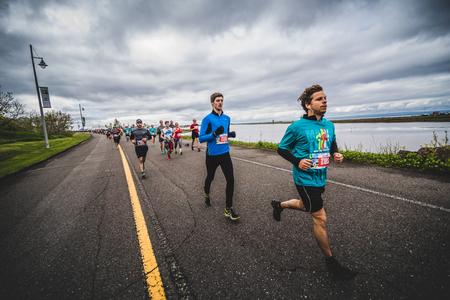 CARLETON, CANADA - 4 juin 2017. Au cours du 5e Marathon de Carleton au Québec, au Canada. Groupe de marathoniens juste après la ligne de départ Banque d'images - 82386357