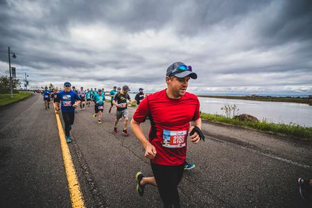 CARLETON, CANADA - 4 juin 2017. Au cours du 5e Marathon de Carleton au Québec, au Canada. Groupe de marathoniens juste après la ligne de départ Banque d'images - 82386375