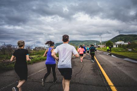 CARLETON, CANADA - 4 juin 2017. Au cours du 5e Marathon de Carleton au Québec, au Canada. Groupe de marathoniens juste après la ligne de départ Banque d'images - 82386387