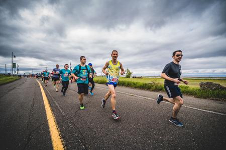 CARLETON, CANADA - 4 juin 2017. Au cours du 5e Marathon de Carleton au Québec, au Canada. Groupe de marathoniens juste après la ligne de départ Banque d'images - 82386390