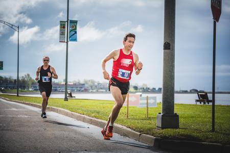 CARLETON, CANADA - 4 juin 2017. Au cours du 5e Marathon de Carleton au Québec, au Canada. Deux hommes font le marathon. Banque d'images - 82386403