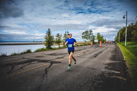 CARLETON, CANADA - 4 juin 2017. Au cours du 5e Marathon de Carleton au Québec, au Canada. Man Marathoner Sprinting les derniers 500m avant la ligne de finition Banque d'images - 82386404