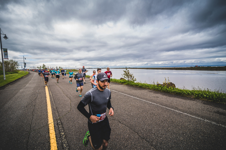 CARLETON, CANADA - 4 juin 2017. Au cours du 5e Marathon de Carleton au Québec, au Canada. Groupe de marathoniens juste après la ligne de départ Banque d'images - 82386417