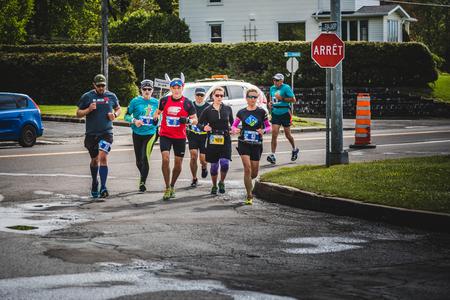 CARLETON, CANADA - 4 juin 2017. Au cours du 5e Marathon de Carleton au Québec, au Canada. Groupe de personnes suivant le chef de lapin pendant le Marathon Banque d'images - 82386431