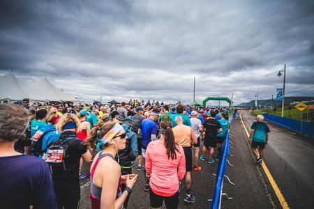 CARLETON, CANADA - 4 juin 2017. Au cours du 5e Marathon de Carleton au Québec, au Canada. Coureurs en attente à la ligne de départ Banque d'images - 82386437